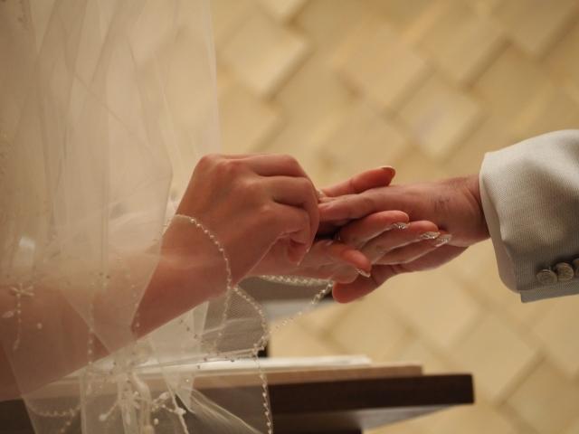 結婚指輪をはめる新郎