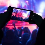 ライブで写真を撮る人