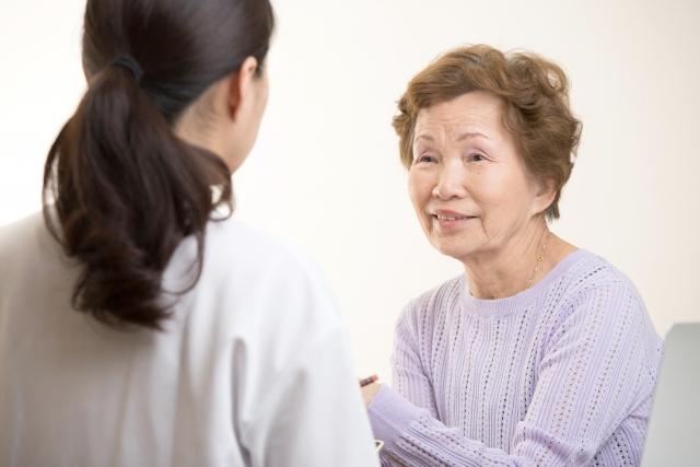 おばあちゃんと話す女性
